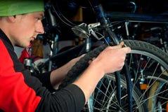 Reparos mestres da bicicleta na oficina 12 Imagem de Stock