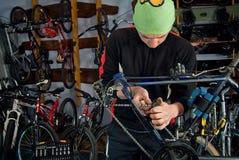 Reparos mestres da bicicleta na oficina 7 Fotografia de Stock Royalty Free