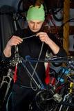 Reparos mestres da bicicleta na oficina 4 Fotografia de Stock Royalty Free