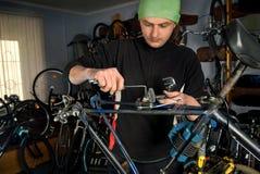 Reparos mestres da bicicleta na oficina 21 Imagem de Stock