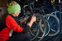 Reparos mestres da bicicleta na oficina 11 Imagens de Stock Royalty Free