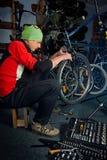 Reparos mestres da bicicleta na oficina 15 Foto de Stock