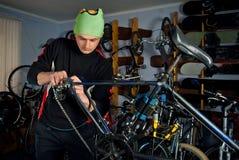 Reparos mestres da bicicleta na oficina 6 Imagens de Stock Royalty Free