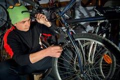 Reparos mestres da bicicleta na oficina 17 Imagem de Stock Royalty Free
