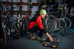 Reparos mestres da bicicleta na oficina 14 Fotografia de Stock