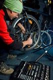 Reparos mestres da bicicleta na oficina 16 Fotos de Stock