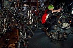 Reparos mestres da bicicleta na oficina 18 Foto de Stock Royalty Free