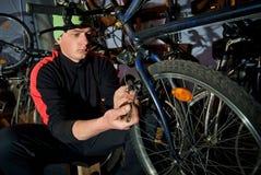 Reparos mestres da bicicleta na oficina 23 Fotografia de Stock Royalty Free