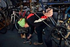 Reparos mestres da bicicleta na oficina 20 Fotos de Stock Royalty Free
