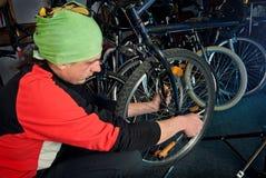 Reparos mestres da bicicleta na oficina 22 Fotos de Stock