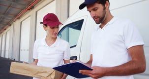 Repartidores que entregan las cajas