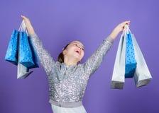 Reparto caliente Peque?a muchacha con los bolsos de compras Ni?o feliz Ni?a con los regalos Ventas y descuentos Oferta especial fotos de archivo libres de regalías