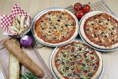 Reparto combinado de la pizza para la familia fotos de archivo libres de regalías