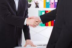 Reparto de asunto Concepto de la reunión de la sociedad con apretón de manos acertado de los hombres de negocios en el fondo de l foto de archivo libre de regalías