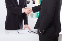 Reparto de asunto Concepto de la reunión de la sociedad con apretón de manos acertado de los hombres de negocios en el fondo de l imagenes de archivo