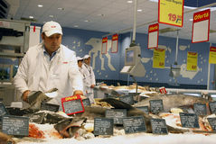 Reparto dei pesci al supermercato Fotografia Stock Libera da Diritti