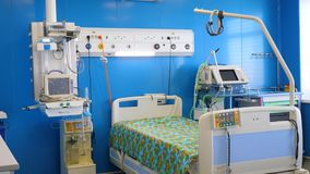 Reparto di ospedale con attrezzatura medica moderna stock footage