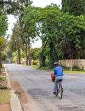 Repartos del correo manuales de un cartero en una bicicleta en Suráfrica foto de archivo libre de regalías