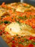 Repas avec du riz, le poulet et les tomates Photographie stock libre de droits