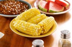 Repas avec l'épi de maïs d'une plaque images stock