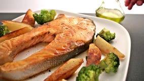 Repas avec le bifteck et le légume de poissons saumonés banque de vidéos