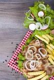 Repas ce nous tous vraiment amour Poulet grillé avec des fritures, oignons Image stock
