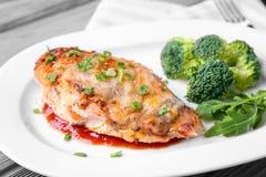 Repas délicieux de parmesan de poulet avec le brocoli image stock