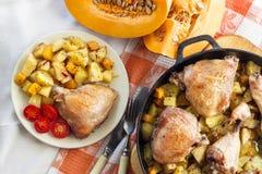 repas d'Un-pot - cuisses et jambes de poulet avec les pommes de terre et le potiron photo libre de droits