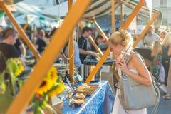 Repas de achat de femme au festival de nourriture de rue photo libre de droits