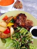 Repas de côtelette d'agneau avec la soupe et la salade Image stock