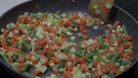 Repas de friture de casserole d'asperge, de poivre, de maïs et de carotte délicieux Repas végétarien banque de vidéos