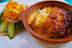 Repas de lasagne dans une cuvette en céramique photographie stock