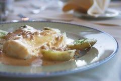Repas de poissons et de pommes de terre Image libre de droits