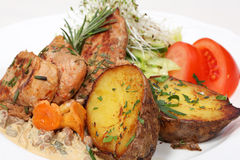 Repas dinant fin, poulet et pommes de terre cuites au four Photo stock