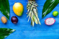 Repas exotique de fruit Dragonfruit, mangoustan, mangue, kiwi, chaux et ananas sur le copyspace en bois bleu de vue supérieure de Photo stock