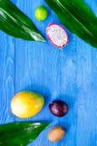 Repas exotique de fruit Dragonfruit, mangoustan, mangue, kiwi, chaux sur le copyspace en bois bleu de vue supérieure de fond de t Photographie stock