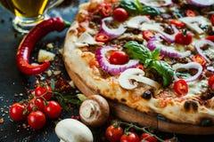 Repas fait maison piquant bolonais de viande hachée de pizza photo libre de droits
