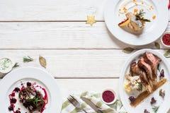 Repas gastronomiques sur l'espace libre en bois blanc de table Photographie stock libre de droits