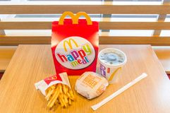 Repas heureux avec le Coca-Cola, les pommes frites et le cheeseburger Photo stock