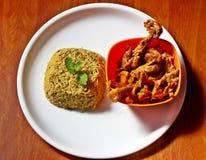 Repas indien épicé avec du riz et le cari en bon état de poulet Images libres de droits