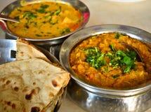 Repas indien avec le cari de poulet photos stock