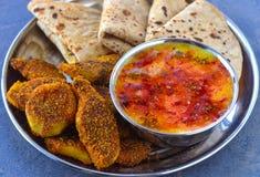 Repas indien de vegan - cari de roti et légumes secs photo libre de droits