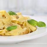 Repas italien de nouilles de pâtes de Tortellini de cuisine avec le basilic Image libre de droits