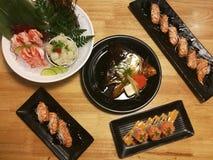 Repas japonais spécial, variété de sushi, tête saumonée, sushi saumoné, sashimi saumoné Photo libre de droits