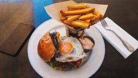 Repas parfait d'hamburger dans un restaurant de hard rock photos libres de droits