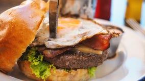 Repas parfait d'hamburger dans un restaurant de hard rock image libre de droits