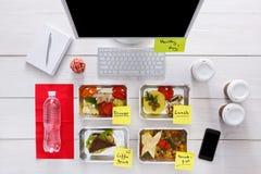 Repas quotidiens sains dans le bureau, vue supérieure au bois Photos libres de droits