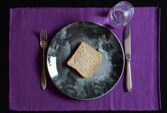 Repas réduit dedans prêté avec de l'eau le pain et Image libre de droits