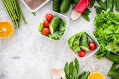 Repas sain dans des récipients Salade avec la tomate, concombre, orange dans des récipients sur le copyspace gris de vue supérieu Photo libre de droits