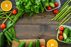 Repas sain dans des récipients Salade avec la tomate et le concombre dans des récipients sur le copyspace en bois de vue supérieu Photo stock